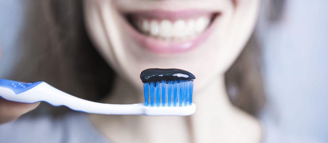 Pasta de dientes con carbón
